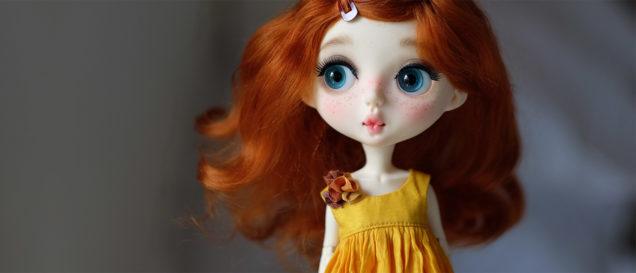 Девушка со светлой чувствительной кожей, рыжими волосами и веснушками